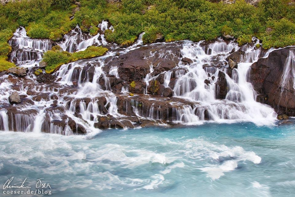 Der Wasserfall Hraunfossar in Island