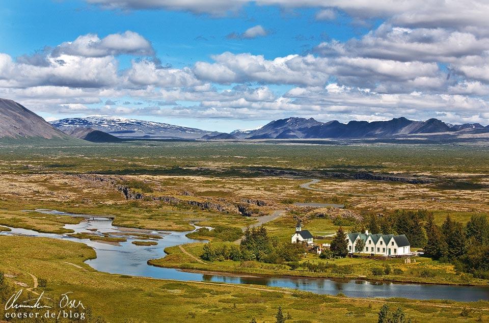 Blick vom Nationalpark Thingvellir (Þingvellir) auf die isländische Landschaft und die Kirche Þingvallakirkja