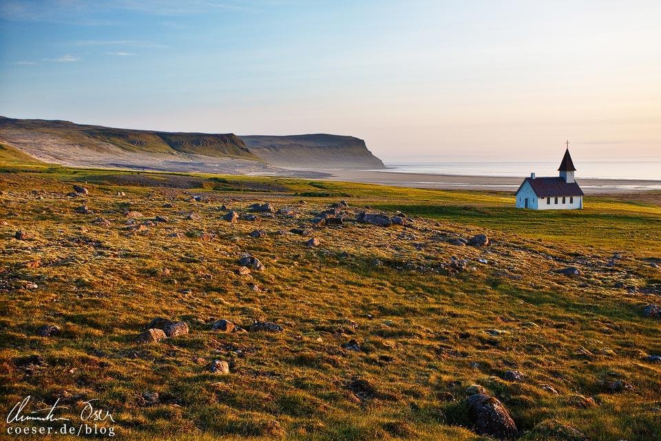 Die Kirche Breiðavíkurkirkja und die einsame isländische Landschaft