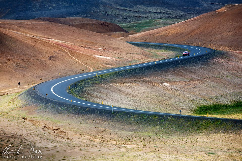 Die Ringstraße nahe der Hverir-Schwefelquellen bei Mývatn in Island