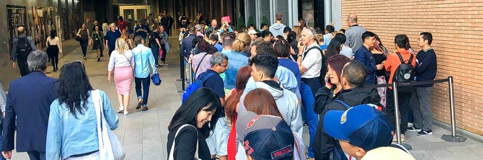 Eine Warteschlange (Queuing) in London