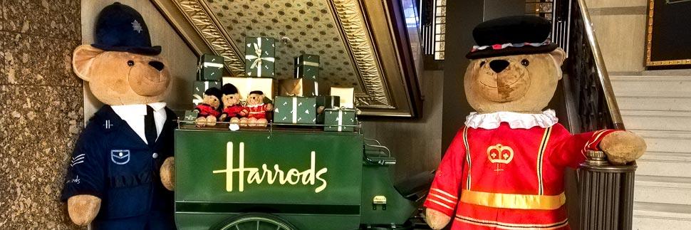 Zwei große Pluschbären bei Harrods in London