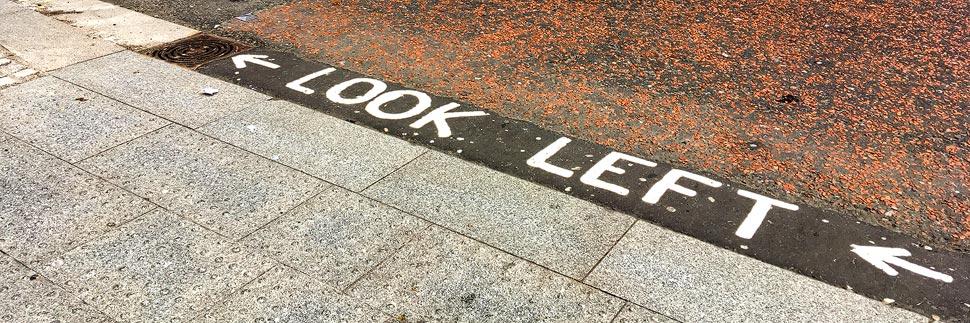 Warnhinweis vor dem Linksverkehr in London