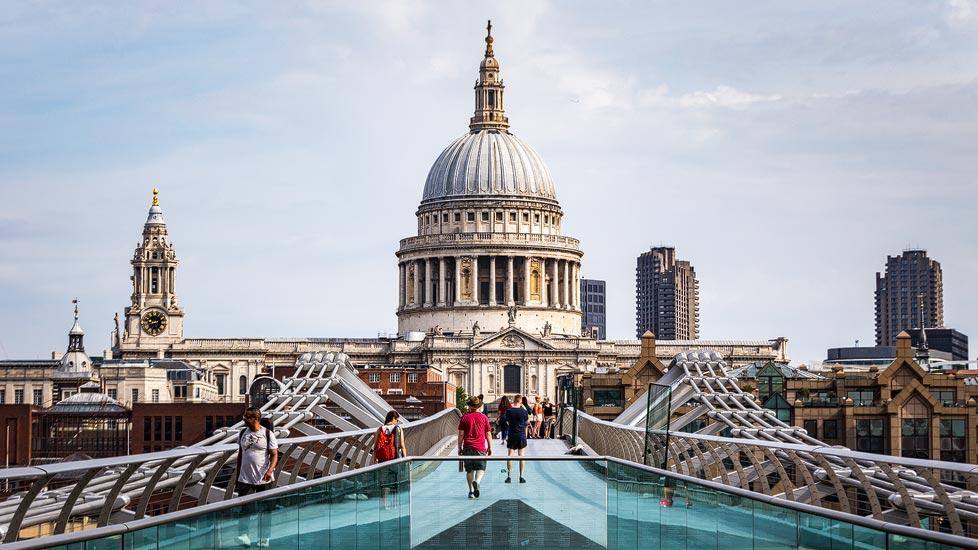 Millennium Bridge und St Paul's Cathedral in London