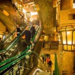 Ägyptisch gestaltete Rolltreppen im Warenhaus Harrods in London