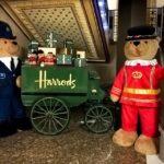 Der Harrods Bear im Warenhaus Harrods in London