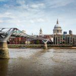 Blick auf die Millennium Bridge und die St Paul's Cathedral