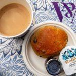 Kaffee und ein Scone im Garden Cafe im Victoria and Albert Museum (V&A)