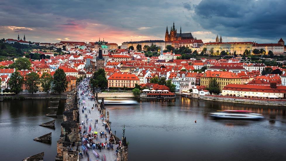 Sonnenuntergang über Prag vom Aussichtspunkt Altstädter Brückenturm aus gesehen