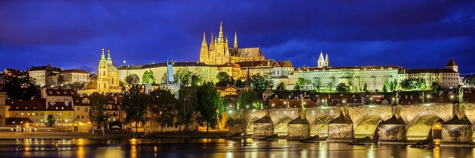Blick auf die Prager Burg und Karlsbrücke vom Aussichtspunkt an der Moldau aus gesehen