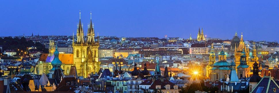 Blick auf die beleuchtete Skyline von Prag von einem Aussichtspunkt im Letna Park