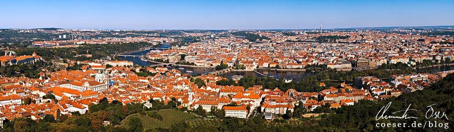 Blick auf Prag vom Aussichtsturm (Petřínská rozhledna) auf dem Petřín
