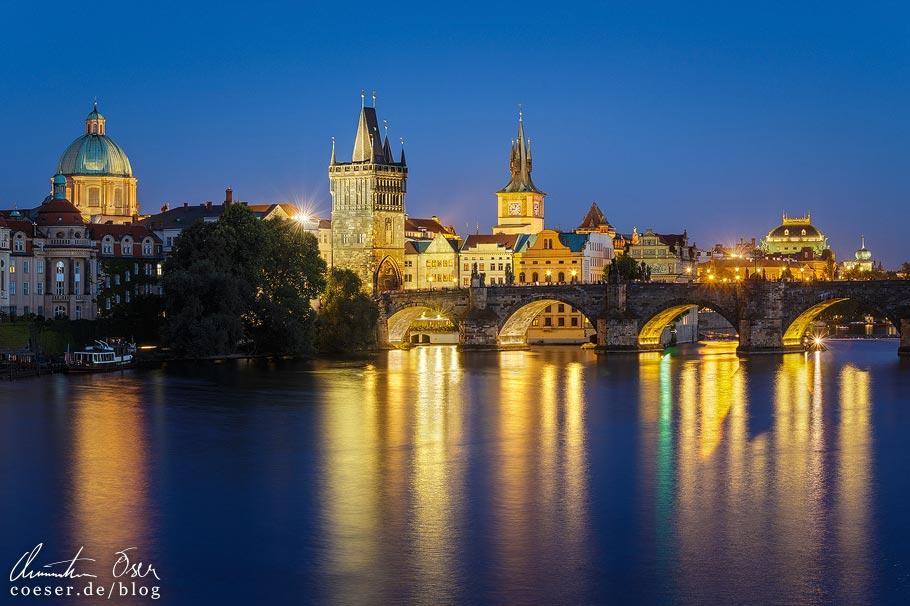 Blick auf die Karlsbrücke in Prag vom Aussichtspunkt Mánes-Brücke (Mánesův most)