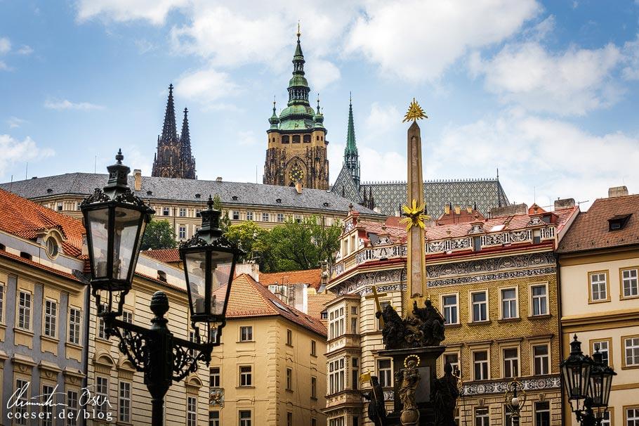 Aussichtspunkt vor dem Eingang der St.-Nikolaus-Kirche in Prag