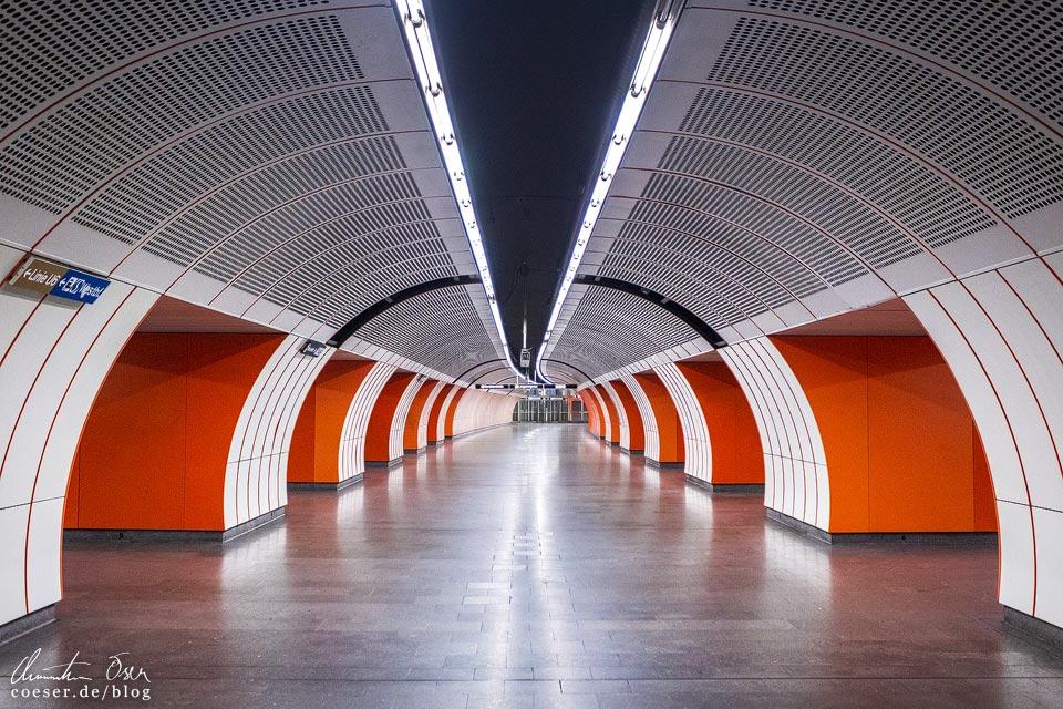 """U3-Station Westbahnhof der Wiener U-Bahn · Architekten: Architektengruppe U-Bahn (AGU) und das Büro """"KuPa"""" (Kucera-Partsch)"""