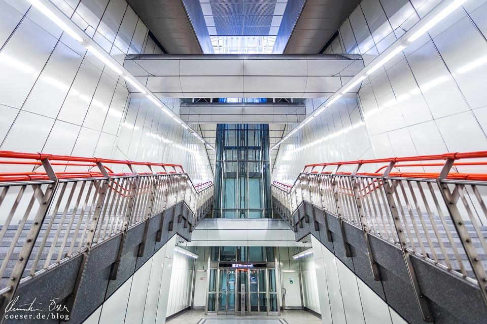 """U3-Station Johnstraße der Wiener U-Bahn · Architekten: Architektengruppe U-Bahn (AGU) und das Büro """"KuPa"""" (Kucera-Partsch)"""