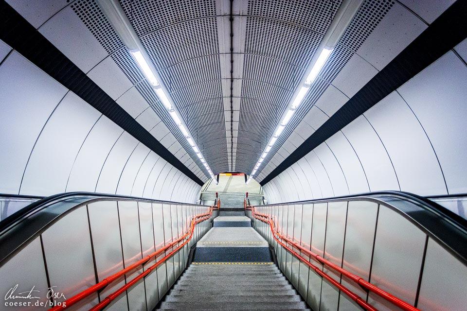 """U3-Station Schweglerstraße der Wiener U-Bahn · Architekten: Architektengruppe U-Bahn (AGU) und das Büro """"KuPa"""" (Kucera-Partsch)"""