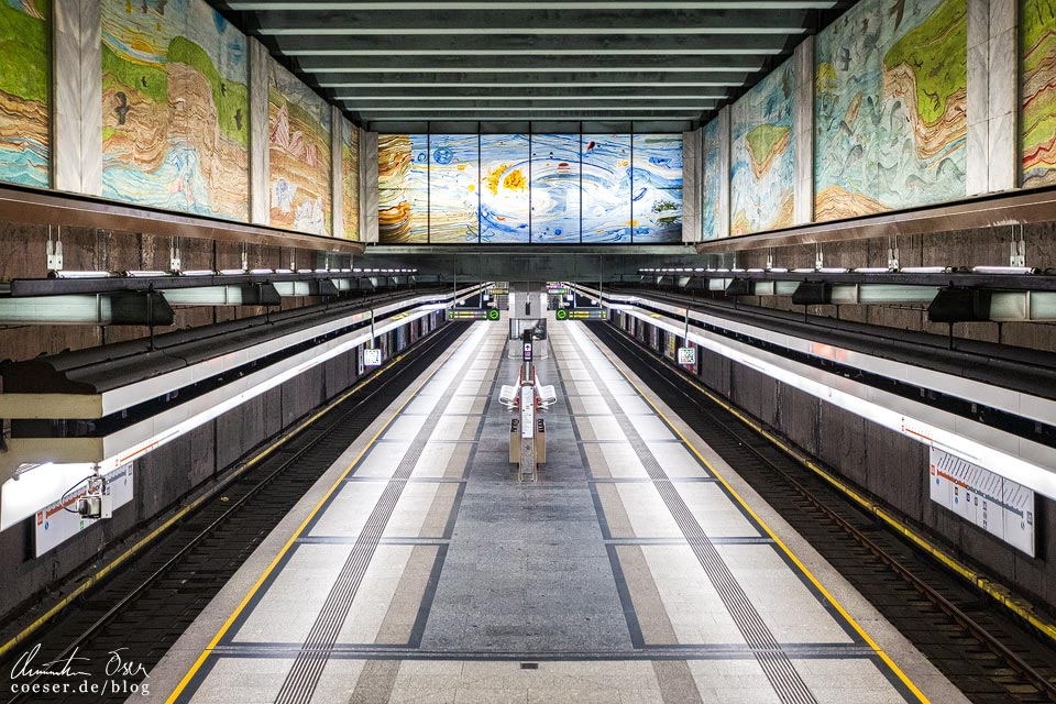 U3-Station Volkstheater der Wiener U-Bahn · Architekt: Kurt Schlauss · Glasfries von Anton Lehmden