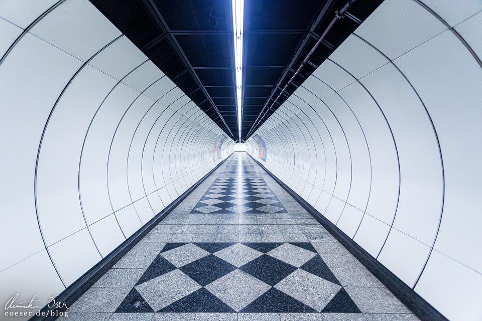 """U3-Station Enkplatz der Wiener U-Bahn · Architekten: Architektengruppe U-Bahn (AGU) und das Büro """"KuPa"""" (Kucera-Partsch)"""