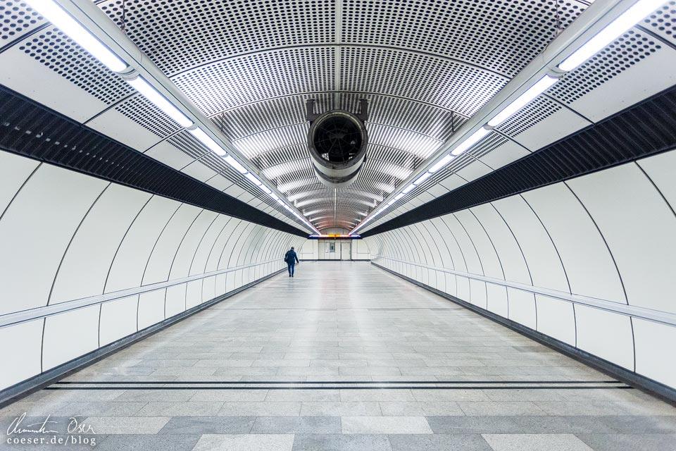 """U3-Station Zippererstraße der Wiener U-Bahn · Architekten: Architektengruppe U-Bahn (AGU) und das Büro """"KuPa"""" (Kucera-Partsch)"""