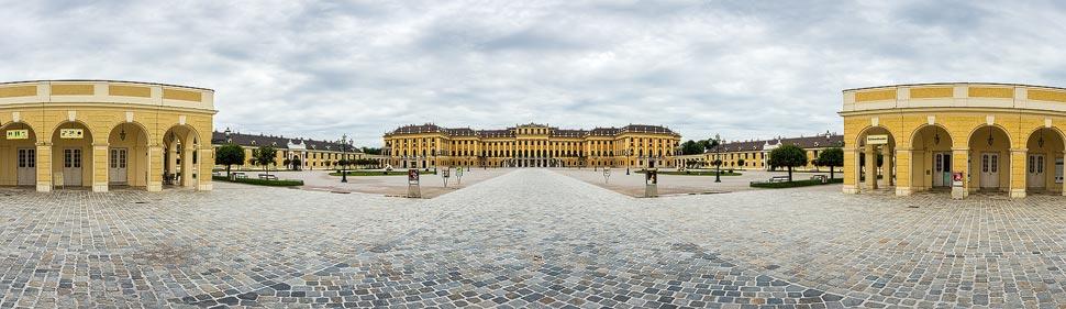 Leerer Platz vor dem Schloss Schönbrunn in Wien während der Coronaviruskrise