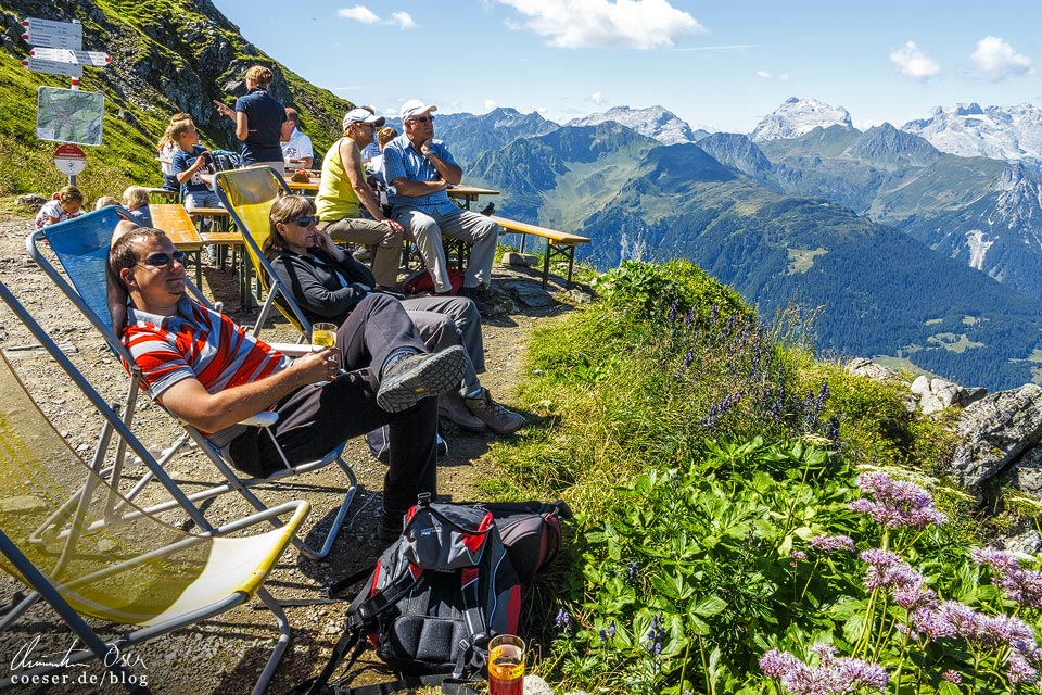 Liegestühle bei der Wormser Hütte auf der 3-Seen-Wanderung auf dem Hochjoch