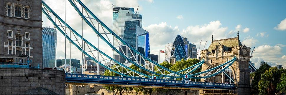 Tower Bridge und Skyline von London