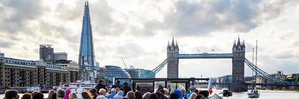 Blick auf die Tower Bridge in London während einer Schifffahrt auf der Themse