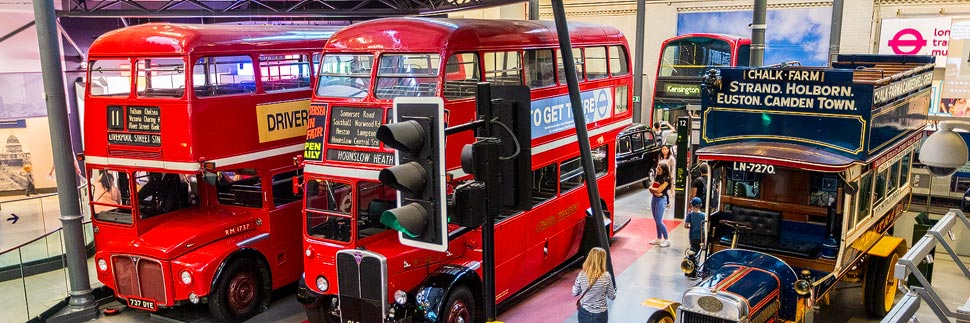 Zwei alte rote Doppeldeckerbusse im London Transport Museum