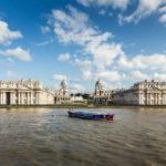 Blick auf das Old Royal Naval College Greenwich während einer Bootsfahrt auf der Themse mit City Cruises in London
