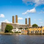 Blick auf die Greenwich Power Station während einer Bootsfahrt auf der Themse mit City Cruises in London