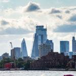 Blick auf die Skyline während einer Bootsfahrt auf der Themse mit City Cruises in London
