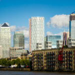 Blick auf den Stadtteil Canary Wharf einer Bootsfahrt auf der Themse mit City Cruises in London