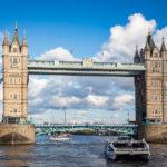 Blick auf die Tower Bridge während einer Bootsfahrt auf der Themse mit City Cruises in London