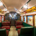 Innenansicht eines alten Busses im London Transport Museum