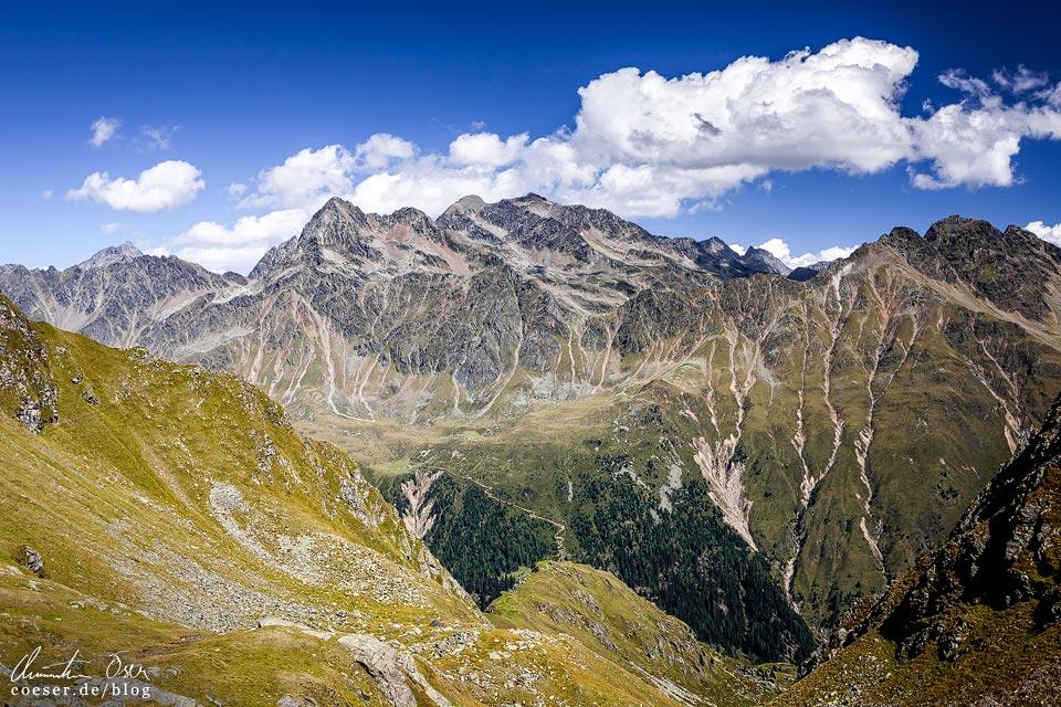 Wanderweg zu den Neualplseen mit Bergpanorama