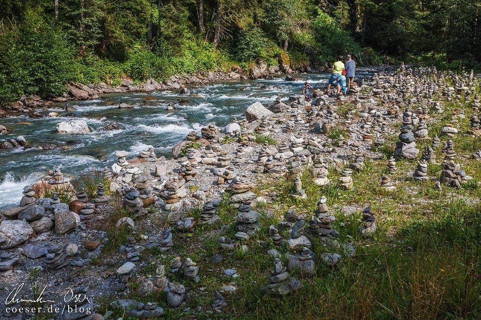 Steinmandl entlang des Litzbachs auf dem Kristberg in Silbertal