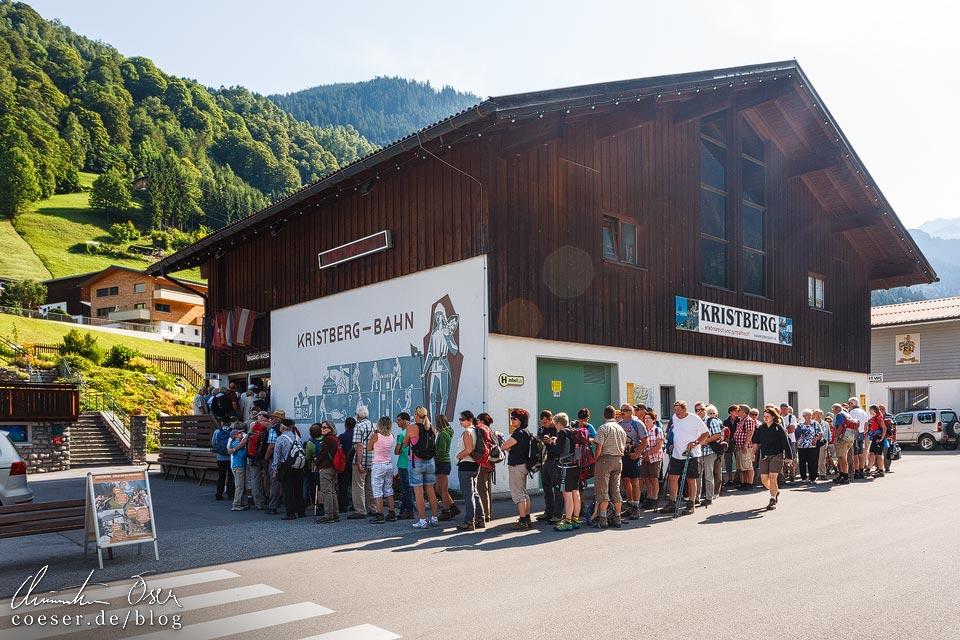 Warteschlange vor der Talstation der Kristbergbahn in Silbertal