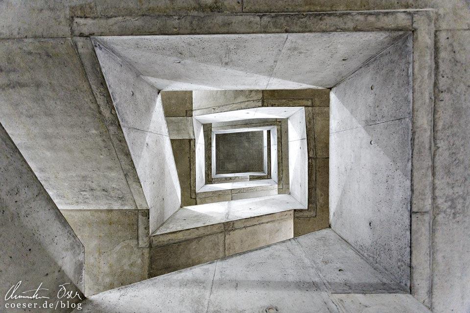 Treppenhaus in der Hochschule für Wirtschaft in Zürich