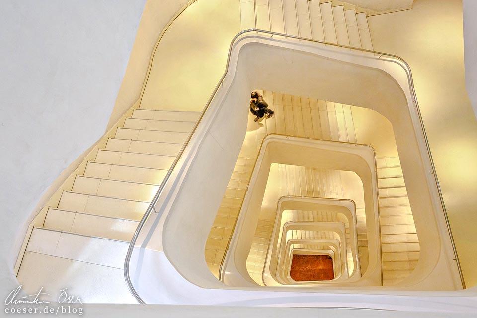 Modernes Treppenhaus im CaixaForum in Madrid