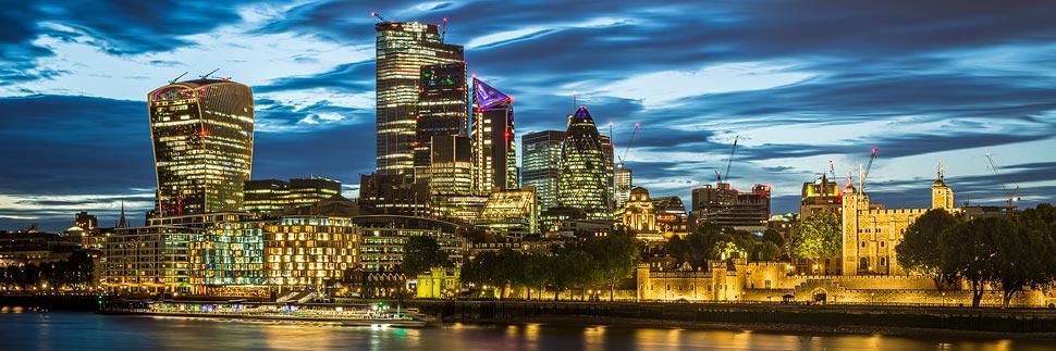 Beleuchtete Skyline von London nach Sonnenuntergang