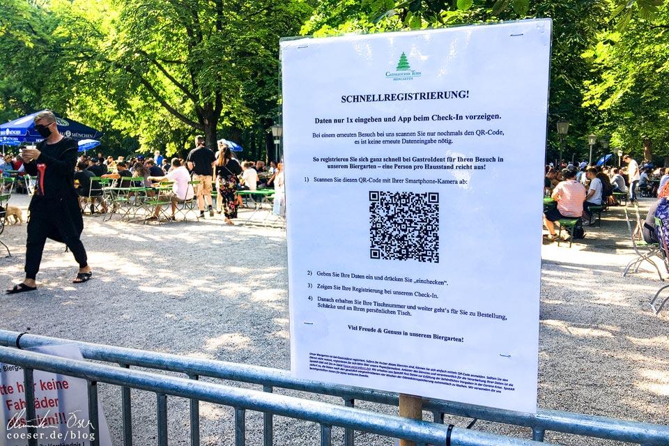 Registrierung am Eingang des Biergartens am Chinesischen Turm in München in Zeiten des Coronavirus