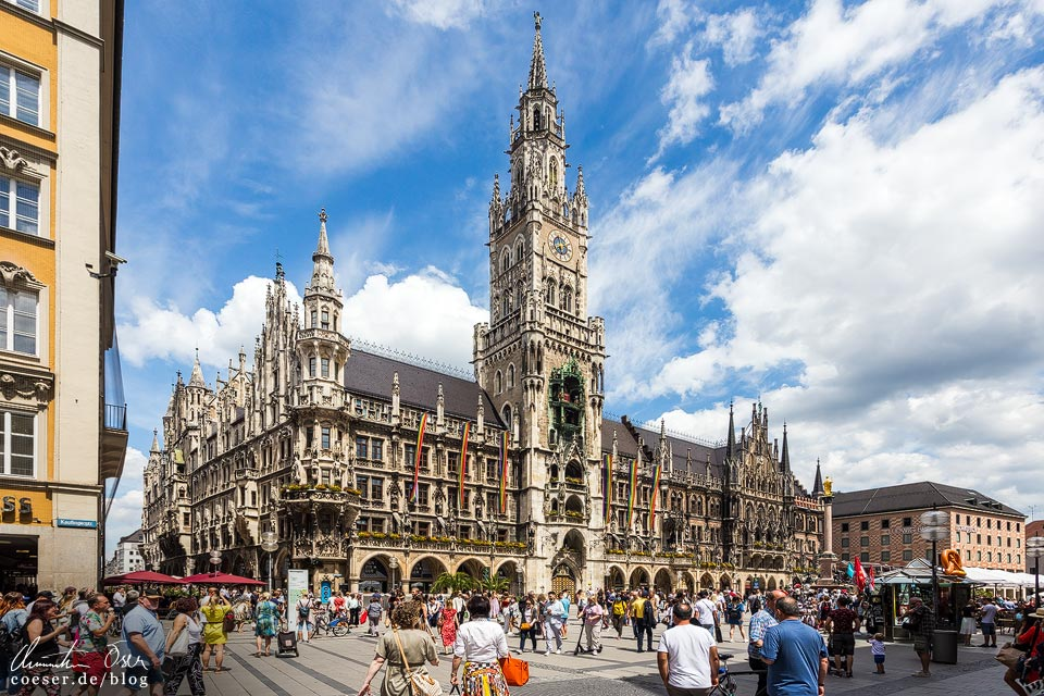 Menschen vor dem Rathaus auf dem Marienplatz in München in Zeiten des Coronavirus