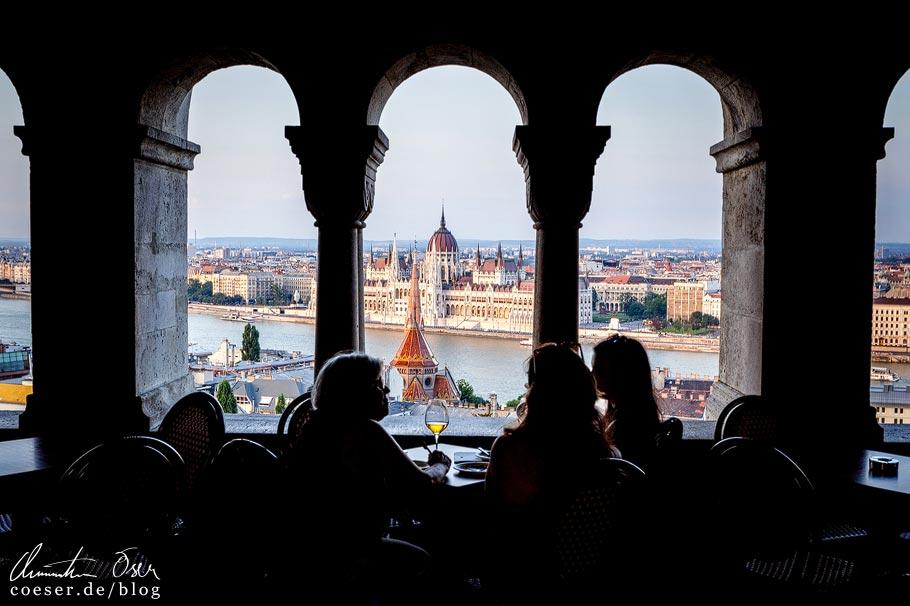 Aussicht von der Fischerbastei auf das Parlament von Budapest in Ungarn