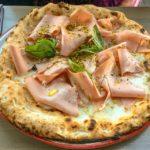 Pizza im italienischen Restaurant Ribelli im 25hours Hotel Wien beim MuseumsQuartier