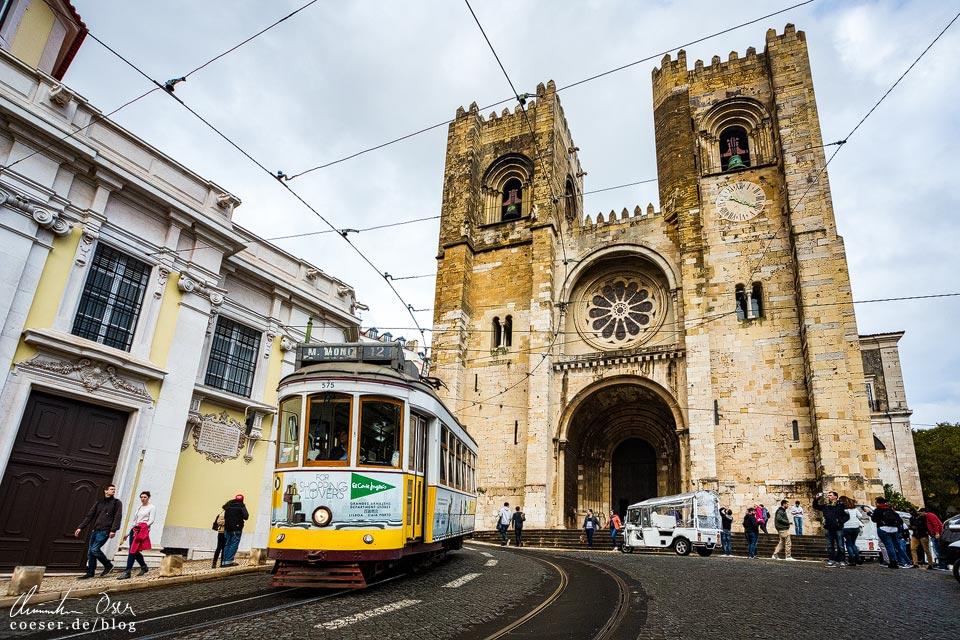 Straßenbahn (Tramway) vor der Kathedrale in Lissabon