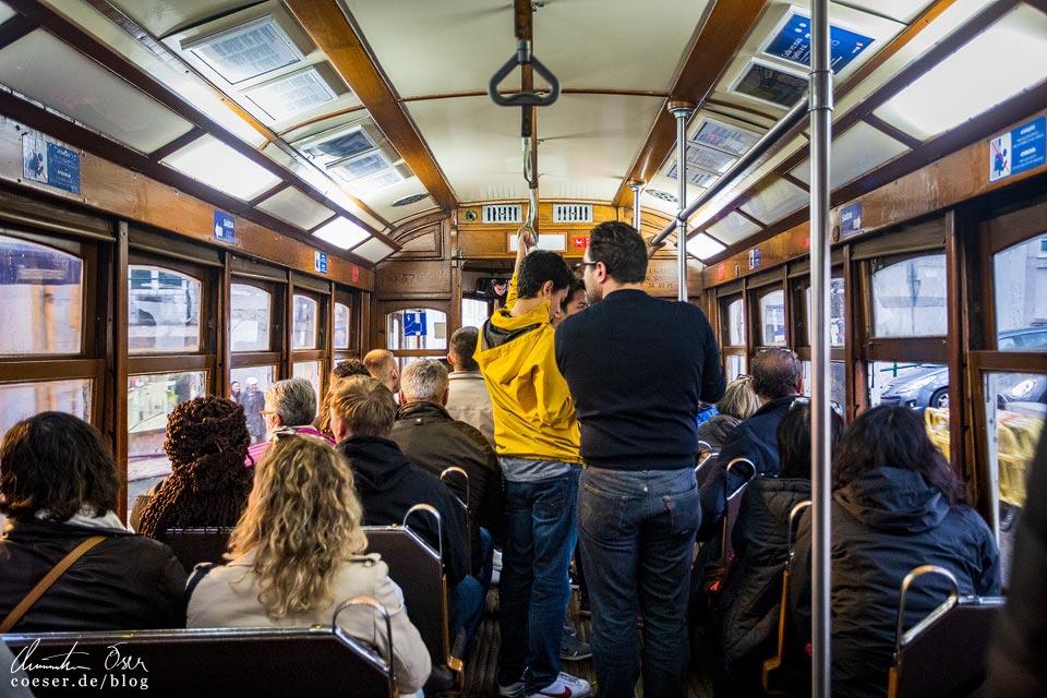 Innenansicht der Straßenbahn (Tramway) in Lissabon