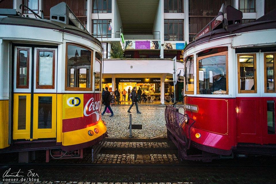 Rote und gelbe Straßenbahn (Tramway) in Lissabon