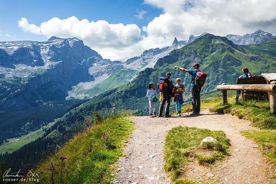 Wanderer auf dem Latschätzer Höhenweg im Montafon