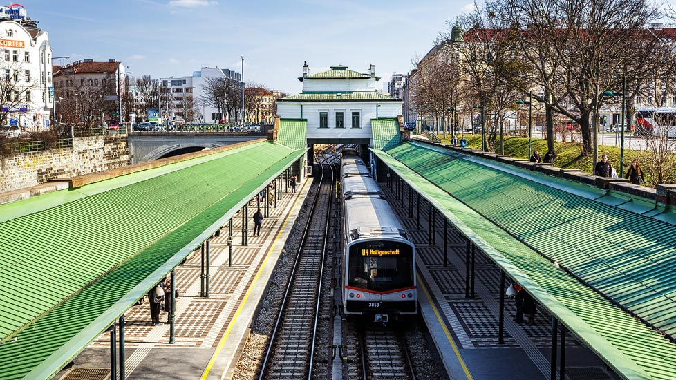 Linie U4 in der Otto-Wagner-Station Schönbrunn in Wien
